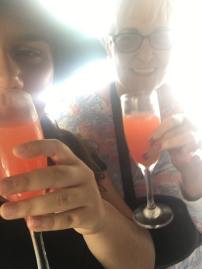Just arrived and we were already drinking lol. Acabamos de aterrizar y ya estábamos tomando.